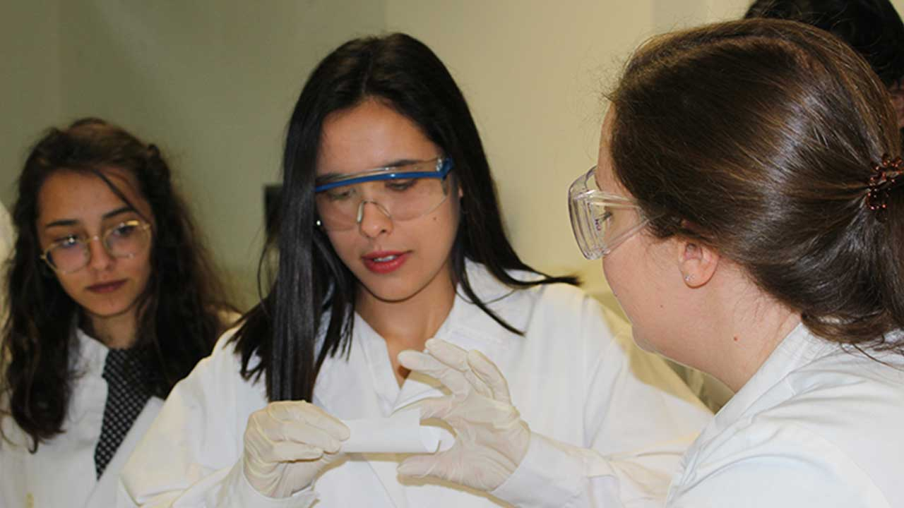 Students preparing aspirin (acetylsalicylic acid).