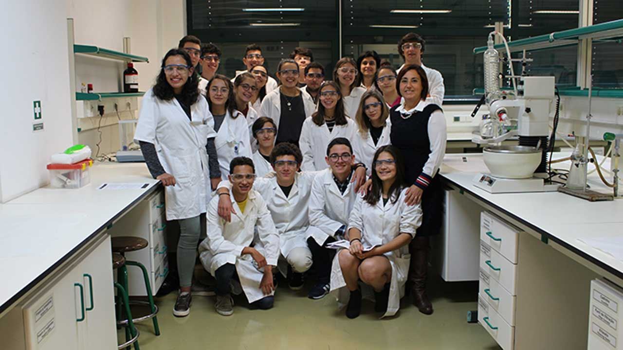 "Students from Escola Básica e Secundária Dr. Ângelo Augusto da Silva that participated in the Bridging the Gap activity, ""One day in the laboratory"" on April 22nd."