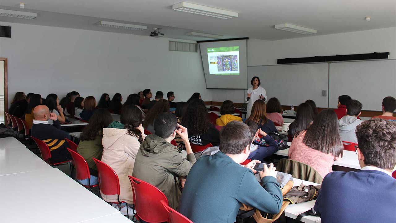 Students from Machico's elementary and secondary school attending a lecture on nanotechnology and nanochemistry during their visit to CQM.