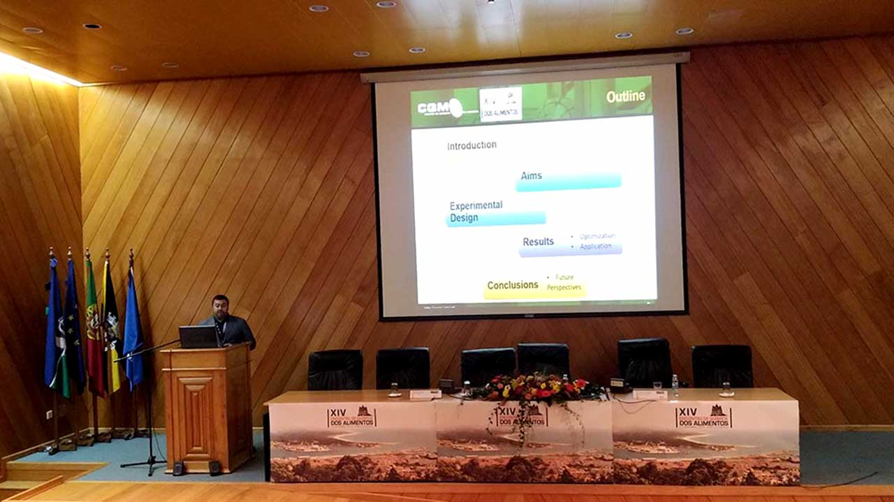 "José Figueira presenting his work ""Discrimination of lemon fruits from different geographical regions, based on a new analytical approach – NTME/GC-MS and chemometric analysis"""